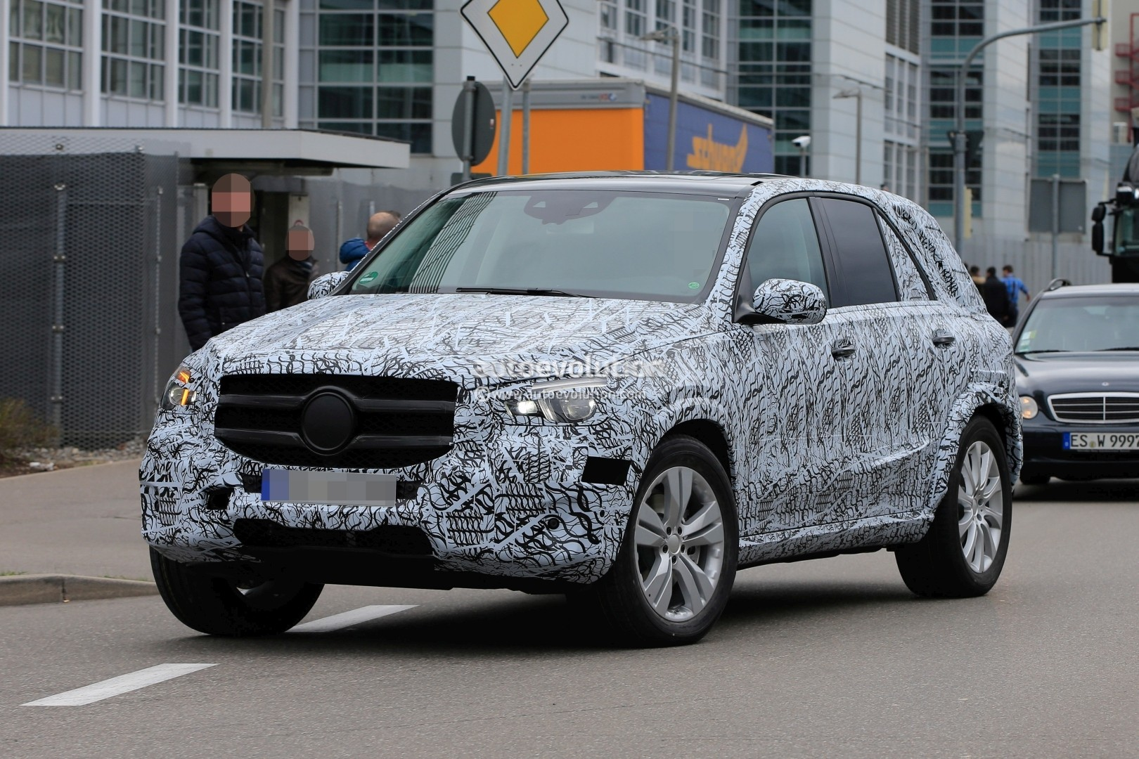 2019 mercedes benz gle spied inside and out dashboard shows new square vents autoevolution. Black Bedroom Furniture Sets. Home Design Ideas