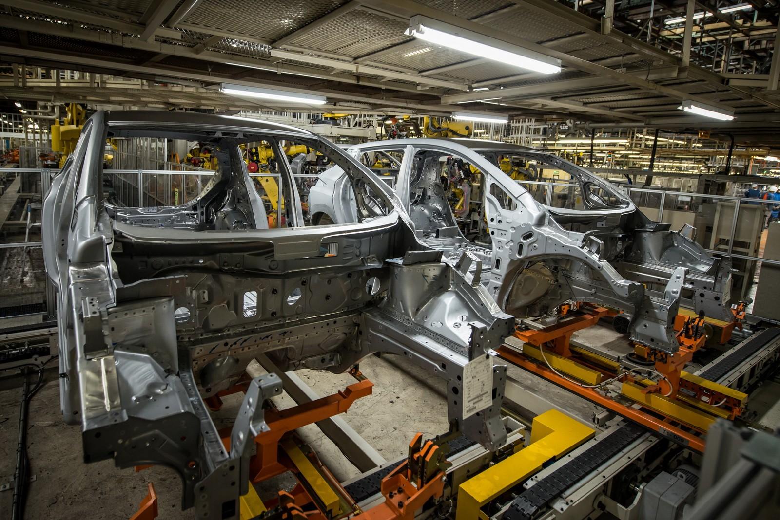 2019 Nissan Leaf Adds Rear Door Alert, 60-kWh Battery ...