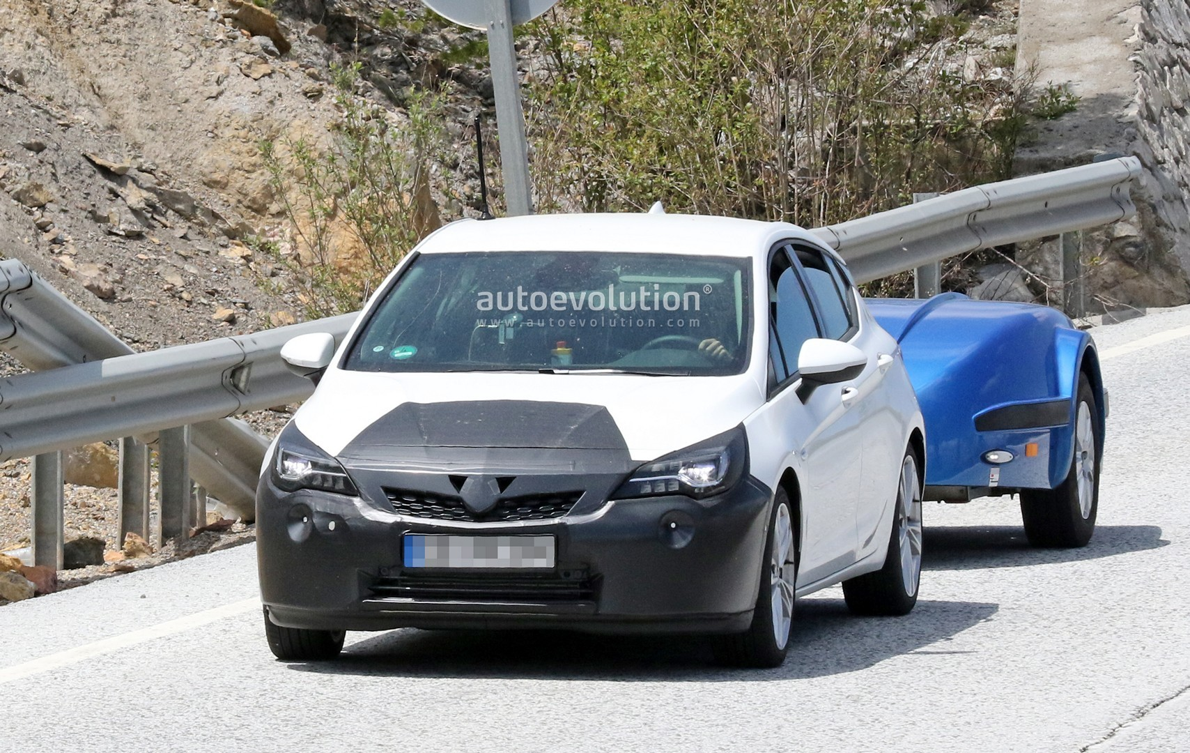 2019 opel astra facelift spied undergoing hot weather testing with peugeot 3008 autoevolution. Black Bedroom Furniture Sets. Home Design Ideas