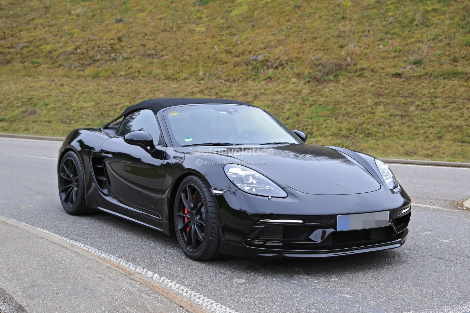2019 porsche 718 boxster spyder makes spyshot debut with gorgeous roof autoevolution. Black Bedroom Furniture Sets. Home Design Ideas