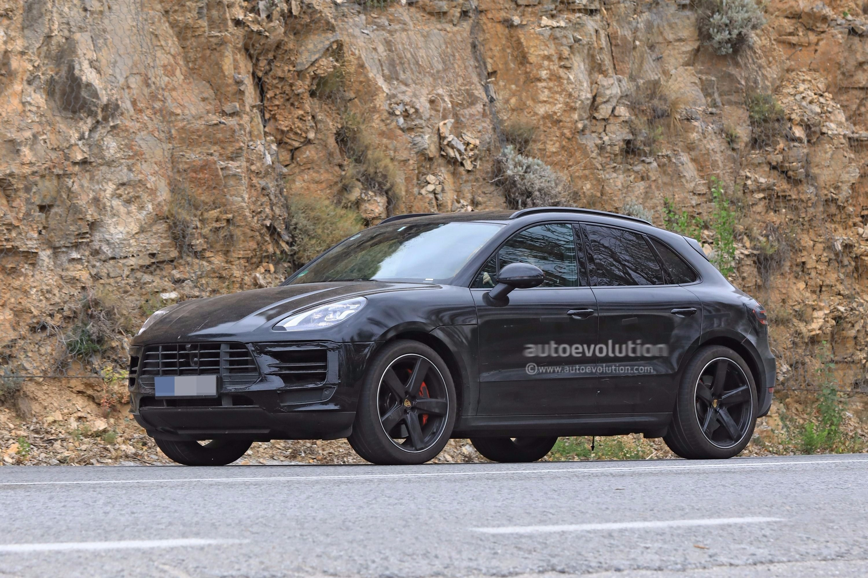 spyshots 2019 porsche macan prototype poses for the camera autoevolution. Black Bedroom Furniture Sets. Home Design Ideas