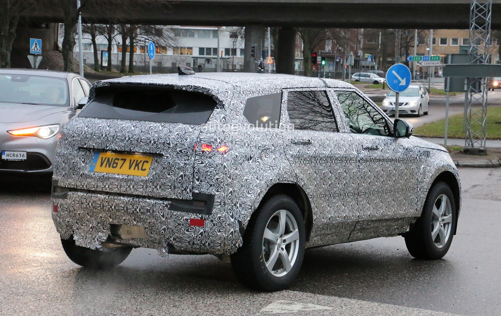 2018 - [Land Rover] Range Rover Evoque II - Page 2 2019-range-rover-evoque-has-scraped-its-camo-most-likely-due-to-off-roading_10