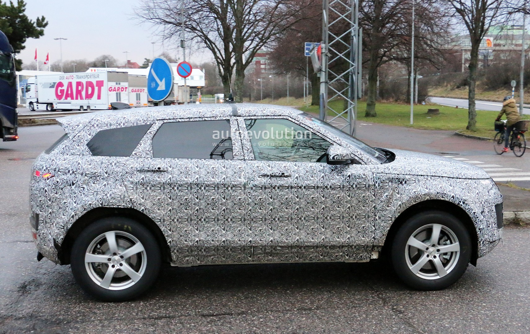 2018 - [Land Rover] Range Rover Evoque II - Page 2 2019-range-rover-evoque-has-scraped-its-camo-most-likely-due-to-off-roading_5