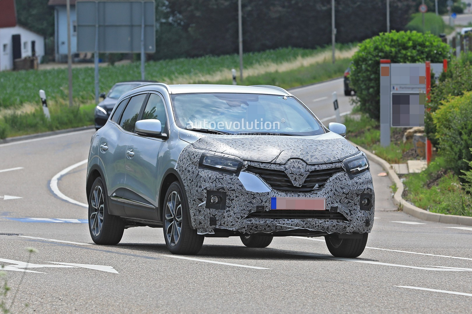2018 - [Renault] Kadjar restylé  - Page 9 2019-renault-kadjar-facelift-spied-with-new-front-end-will-debut-in-september_4
