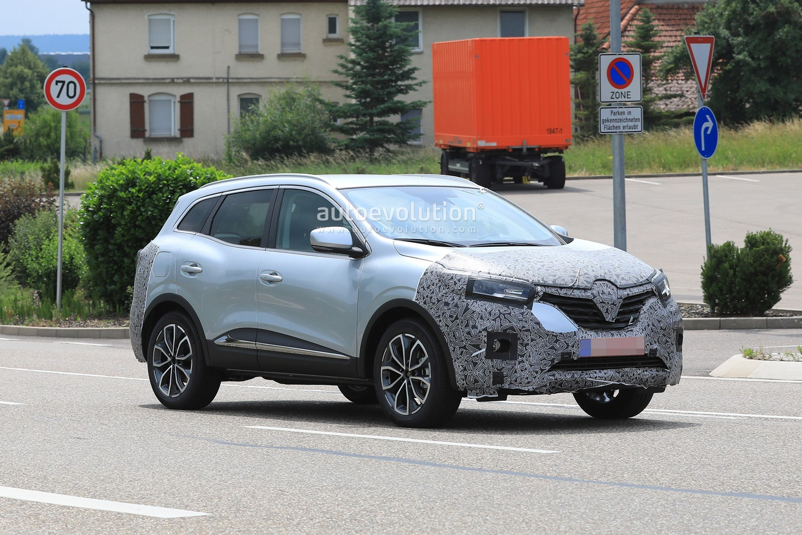 2018 - [Renault] Kadjar restylé  - Page 9 2019-renault-kadjar-facelift-spied-with-new-front-end-will-debut-in-september_6
