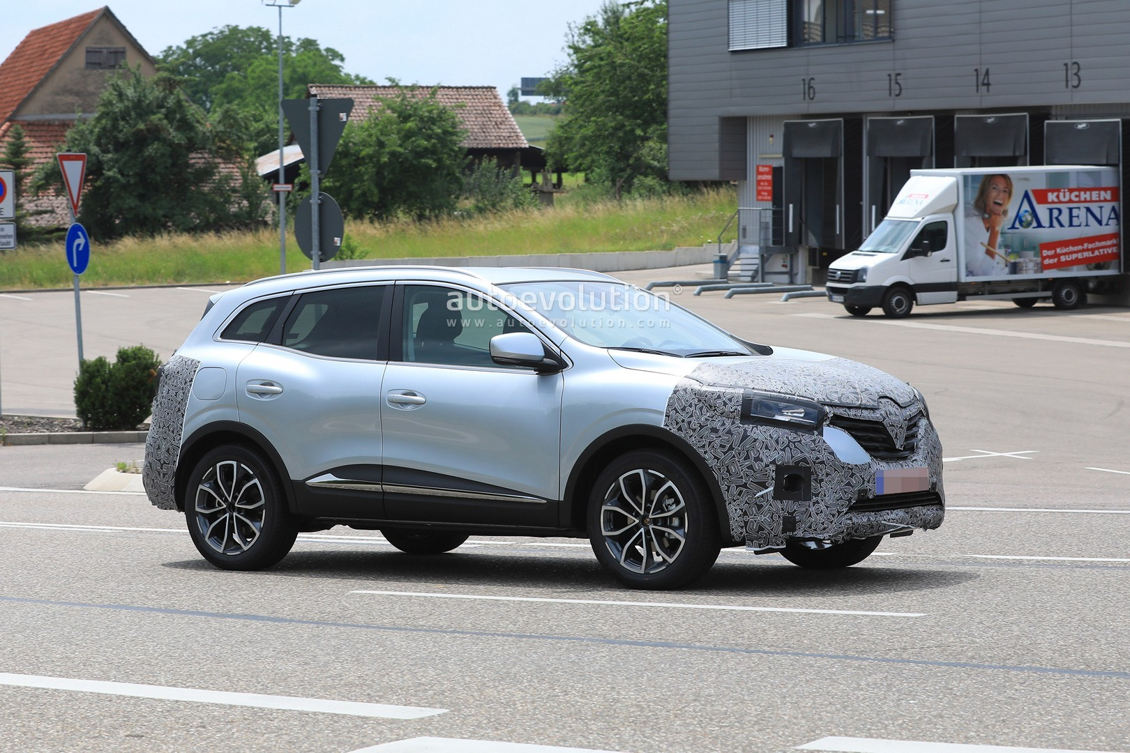 2018 - [Renault] Kadjar restylé  - Page 9 2019-renault-kadjar-facelift-spied-with-new-front-end-will-debut-in-september_7