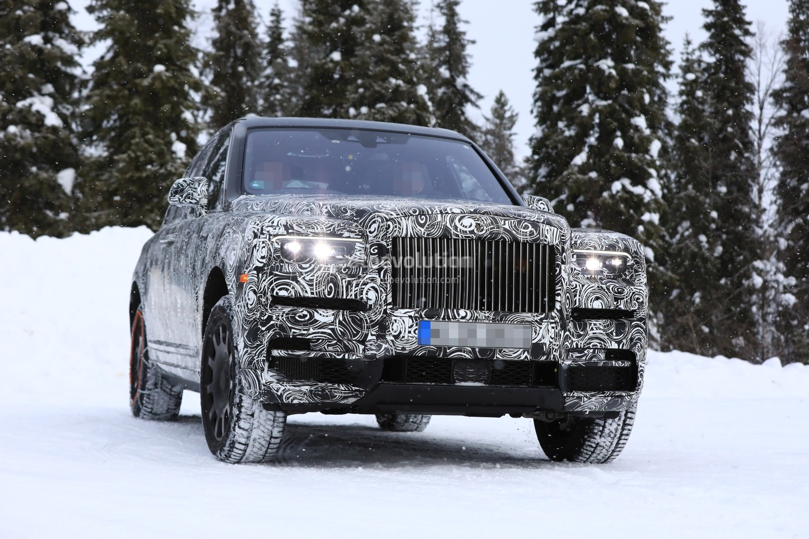 2017 - [Rolls-Royce] SUV Cullinan - Page 11 2019-rolls-royce-cullinan-spied-with-suicide-doors-open-ahead-of-geneva-debut_35