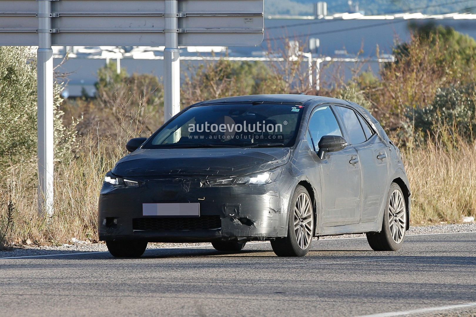 2018 - [Toyota] Corolla 2018 - Page 2 2019-toyota-auris-spied-with-production-body_1