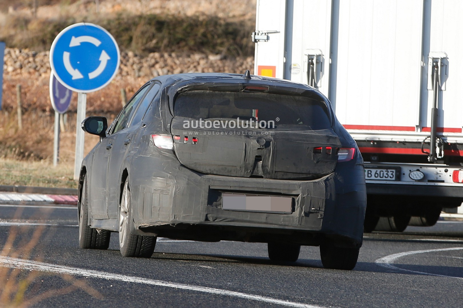 2018 - [Toyota] Corolla 2018 - Page 2 2019-toyota-auris-spied-with-production-body_10