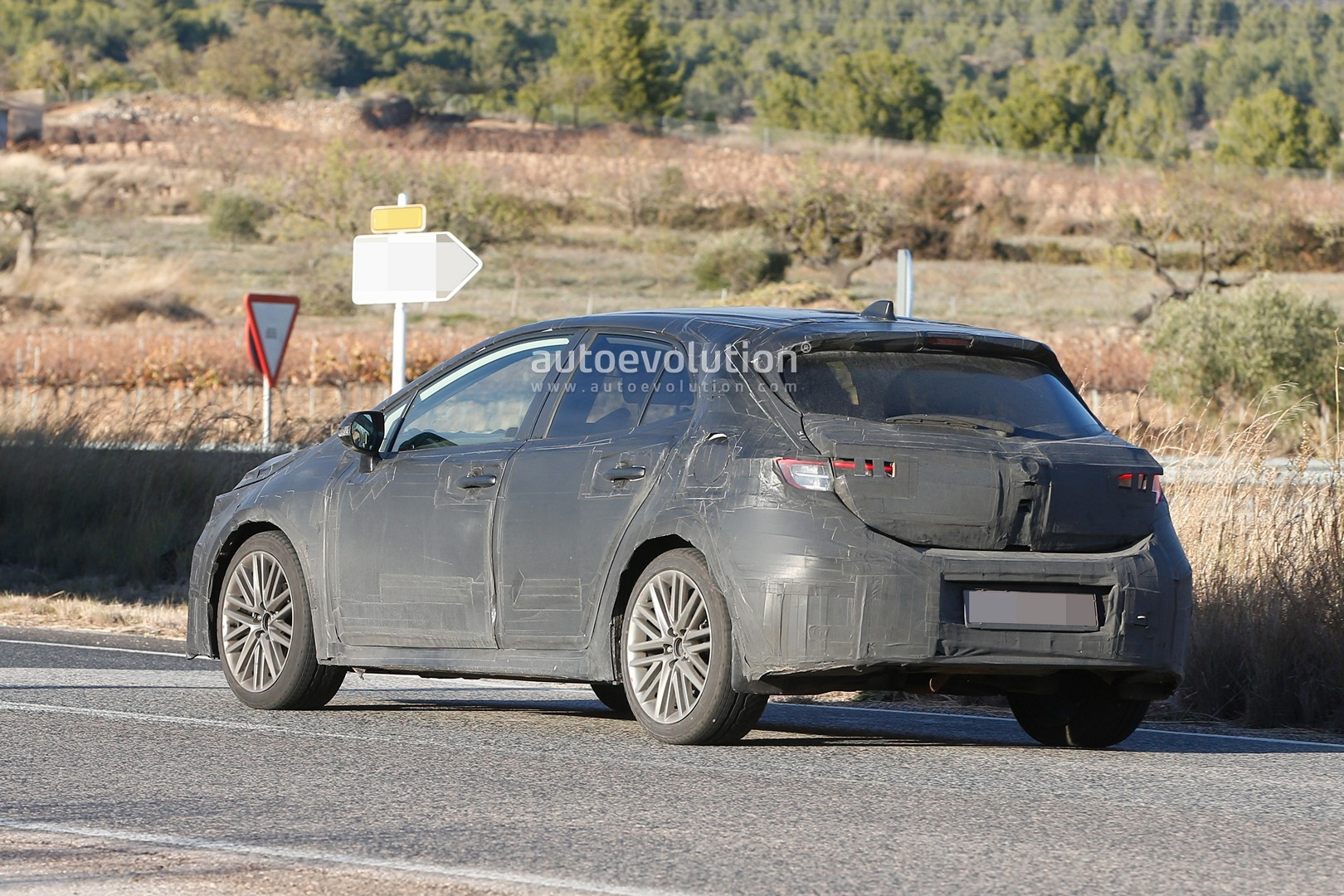2018 - [Toyota] Corolla 2018 - Page 2 2019-toyota-auris-spied-with-production-body_9