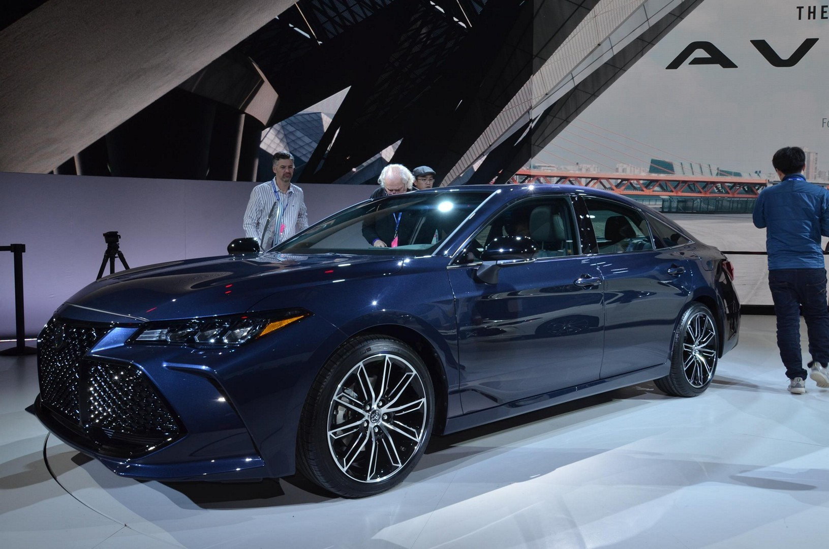 2019 Toyota Avalon Looks Sufficiently Japanese Autoevolution