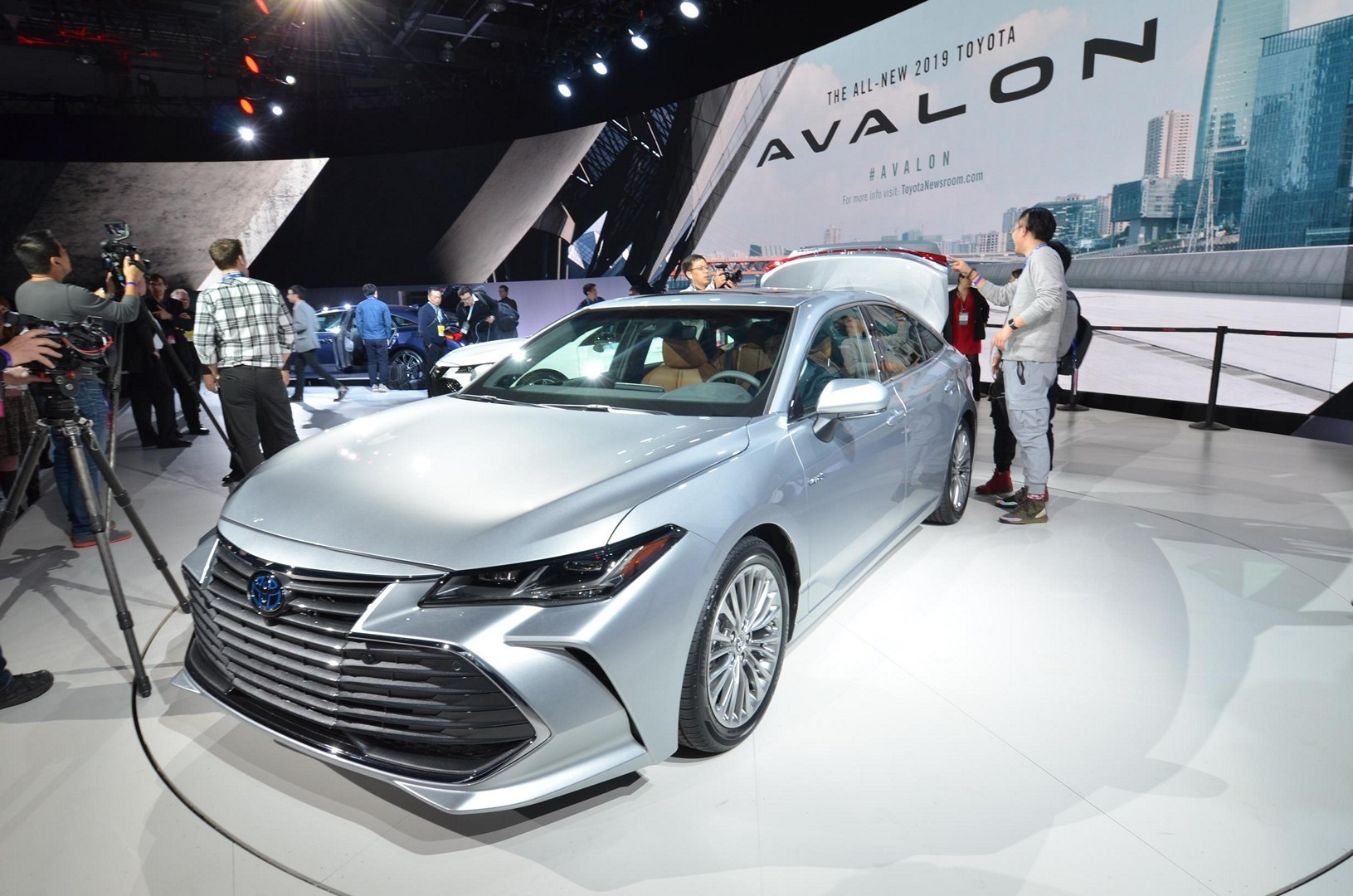 2019 Toyota Avalon Looks Sufficiently Japanese - autoevolution