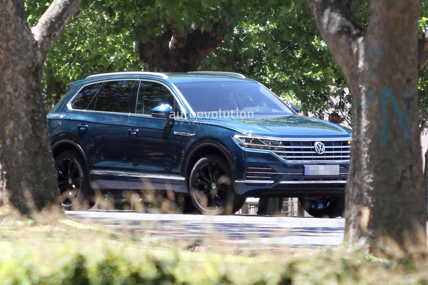 2019 volkswagen touareg revealed in full by latest spy photos autoevolution. Black Bedroom Furniture Sets. Home Design Ideas