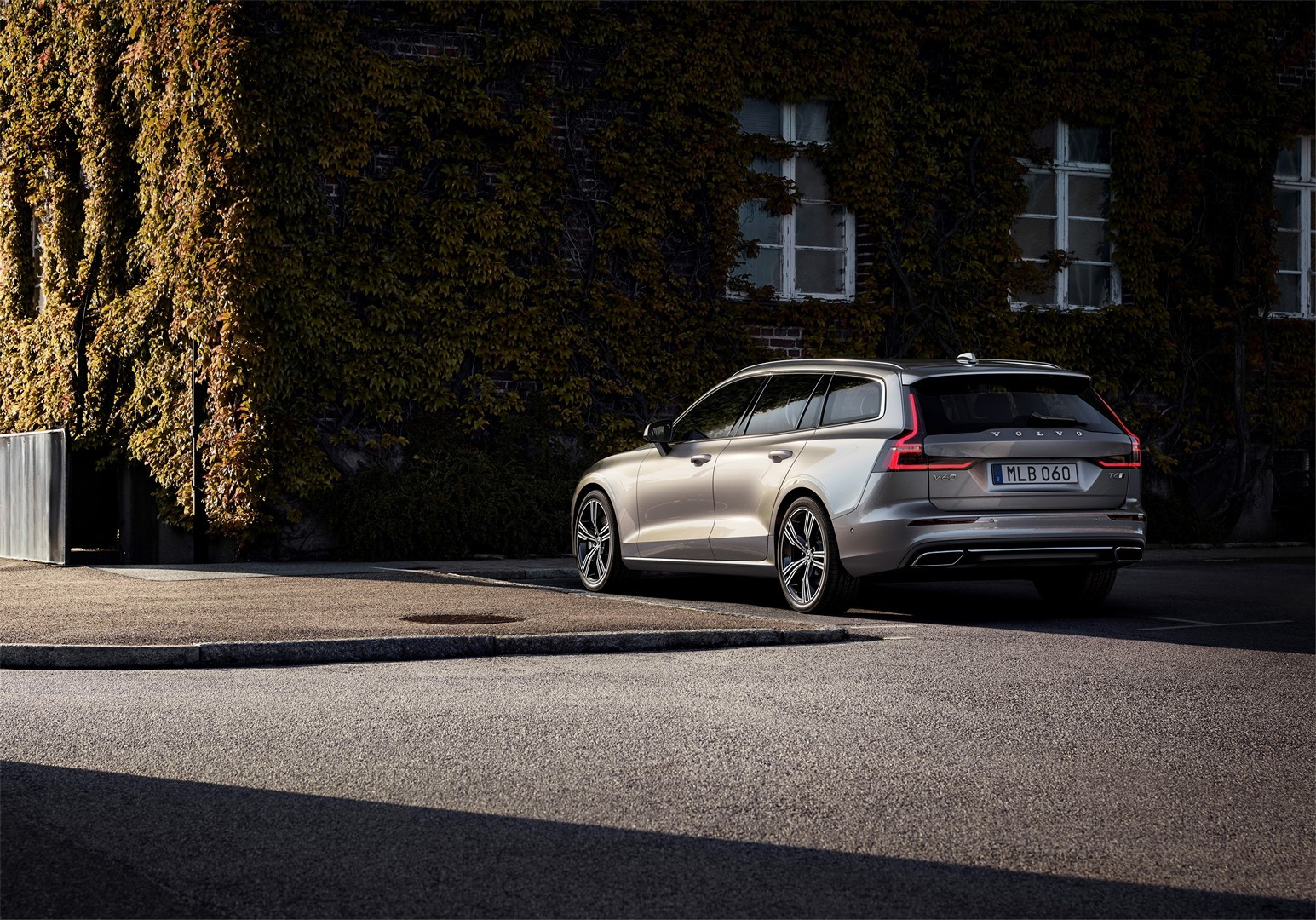 2019 volvo v60 officially unveiled sexy wagon gets two. Black Bedroom Furniture Sets. Home Design Ideas