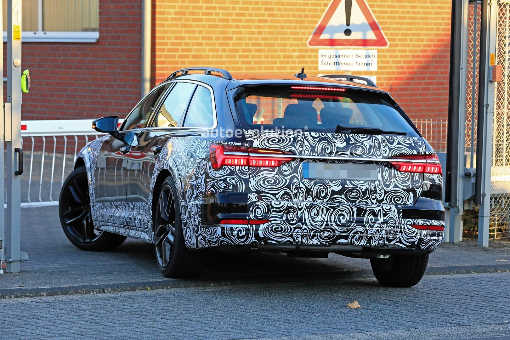 2017 - [Audi] A6 Berline & Avant [C8] - Page 10 2020-audi-a6-allroad-quattro-spied-testing-with-mild-off-road-body-kit_11
