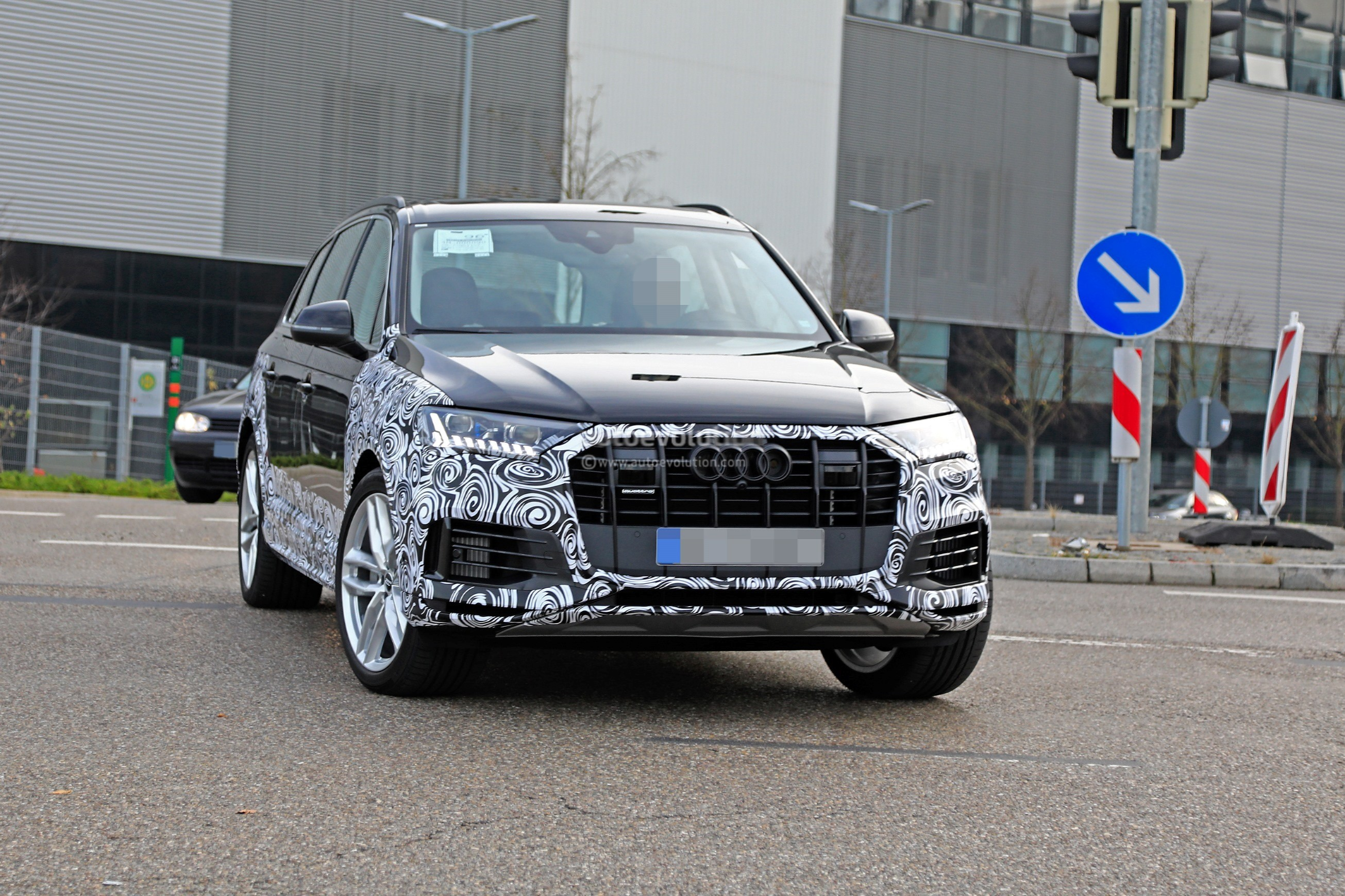 2020 Audi Q7 Facelift Spied Features Dual Screen Infotainment