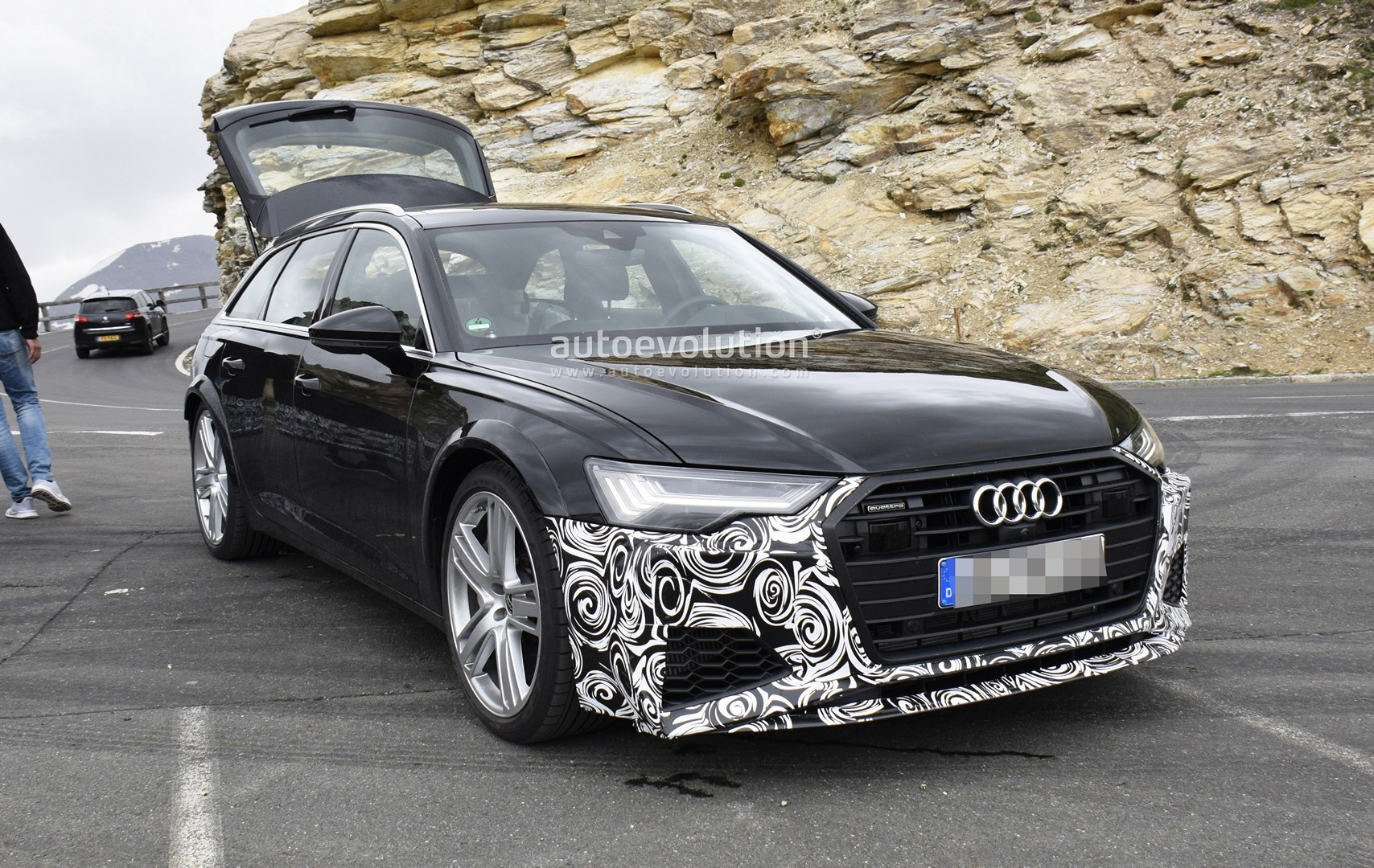 [Imagen: 2020-audi-rs6-avant-makes-spy-photo-debut_9.jpg]