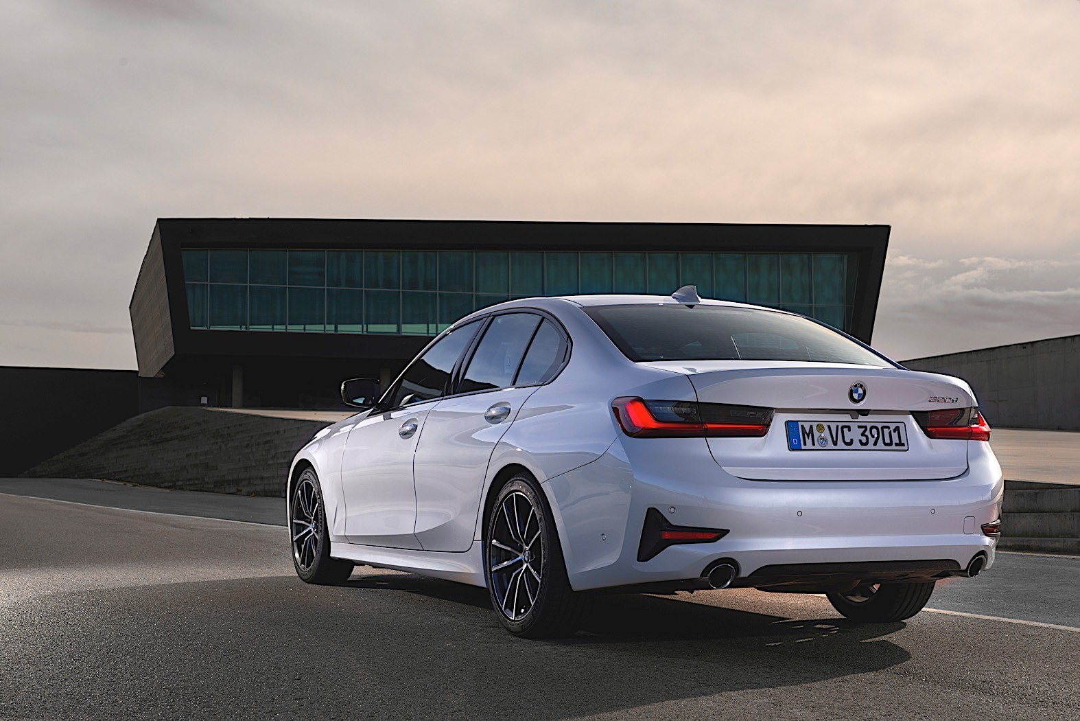2020 bmw 3 series turns white and blue in brand new photo