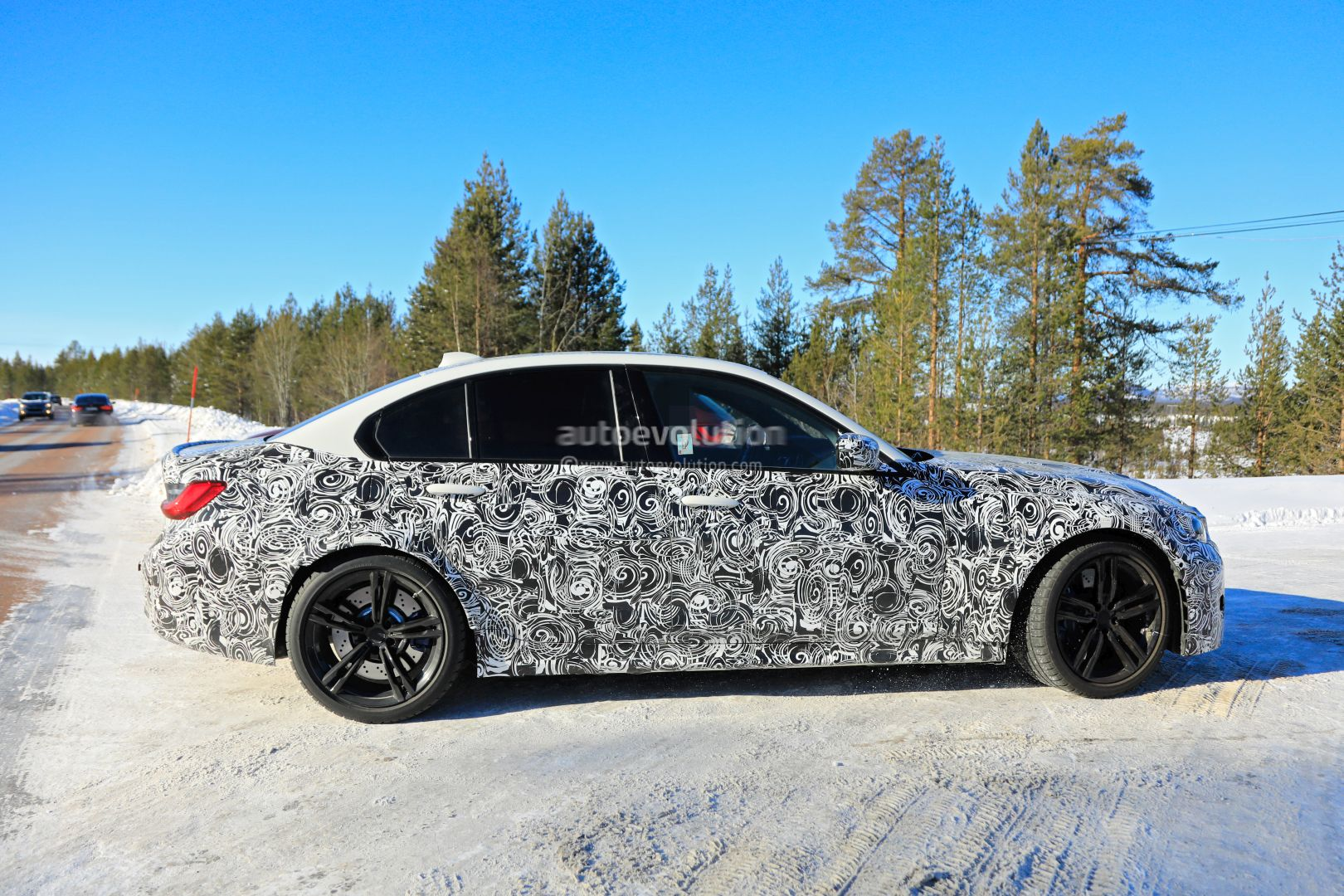 2020 - [BMW] M3/M4 - Page 3 2020-bmw-m3-spotted-in-traffic-shows-flared-wheel-arches_9