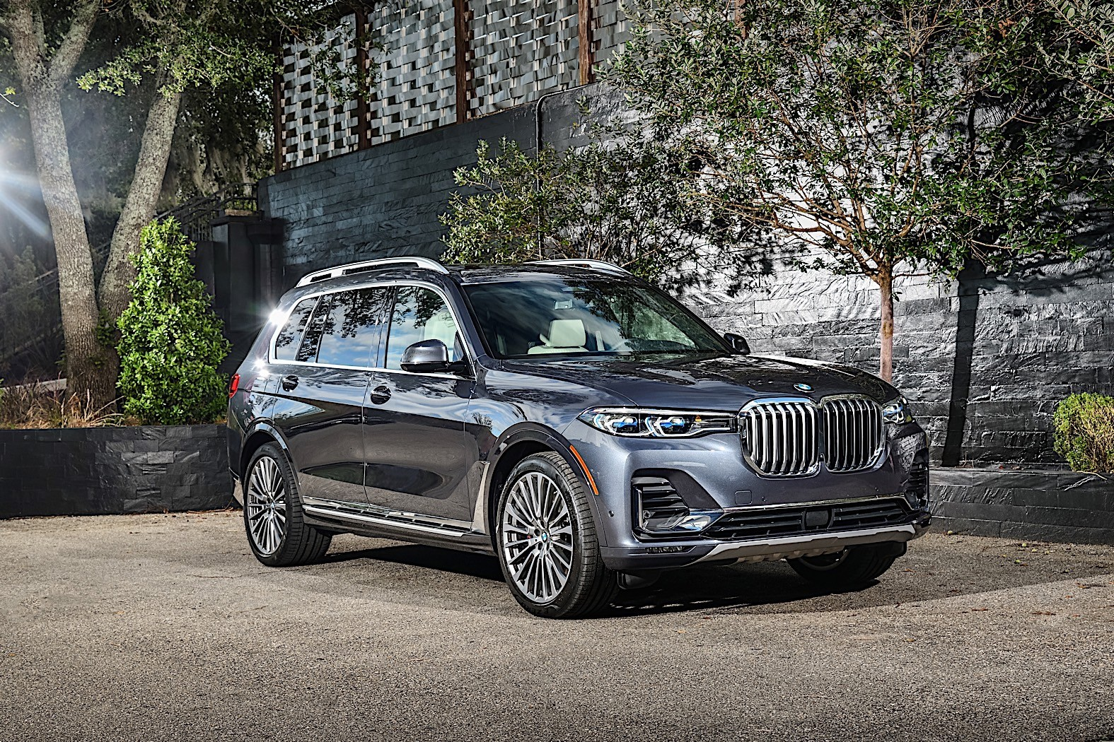 2020 bmw x7 shows up on the road photographers shoot like