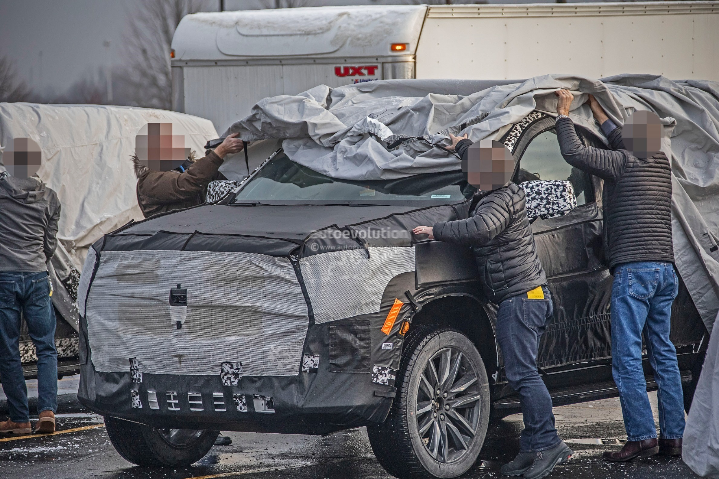 202 - [Cadillac] Escalade V 2020-cadillac-escalade-spied-with-makeshift-dodge-ram-crosshair-grille_16