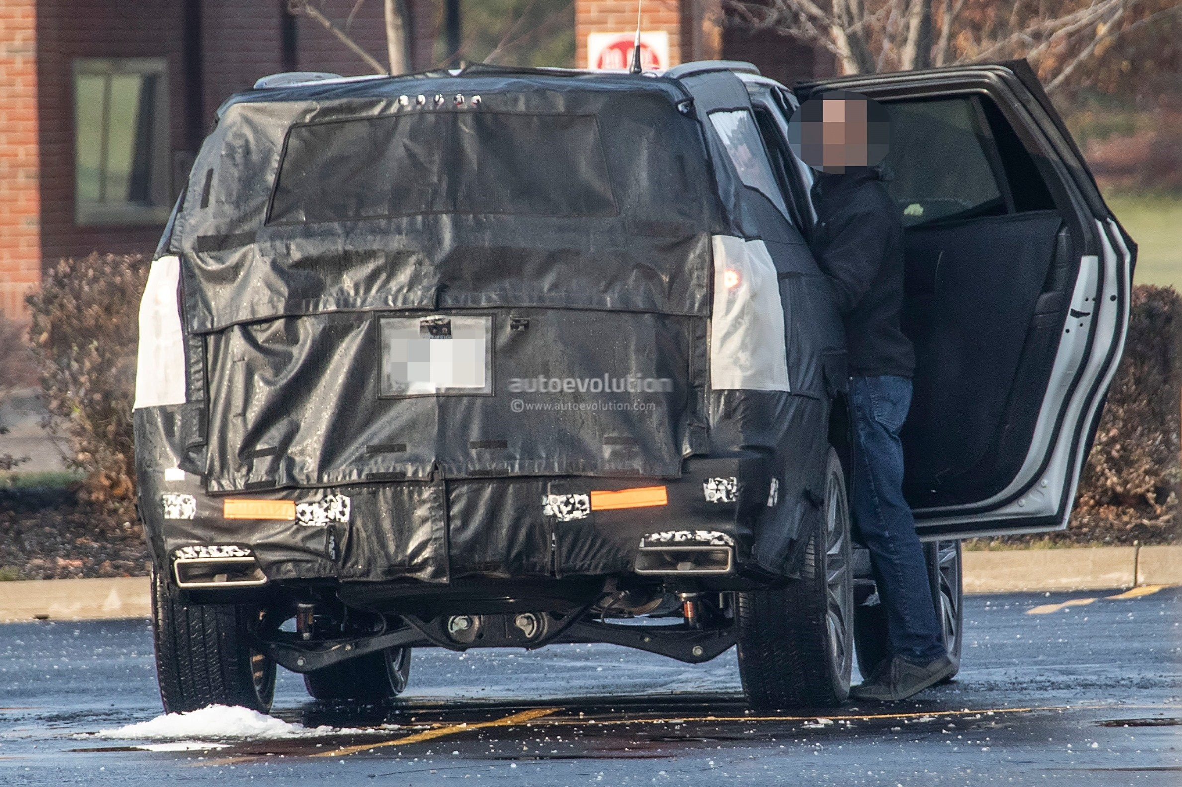 202 - [Cadillac] Escalade V 2020-cadillac-escalade-spied-with-makeshift-dodge-ram-crosshair-grille_17