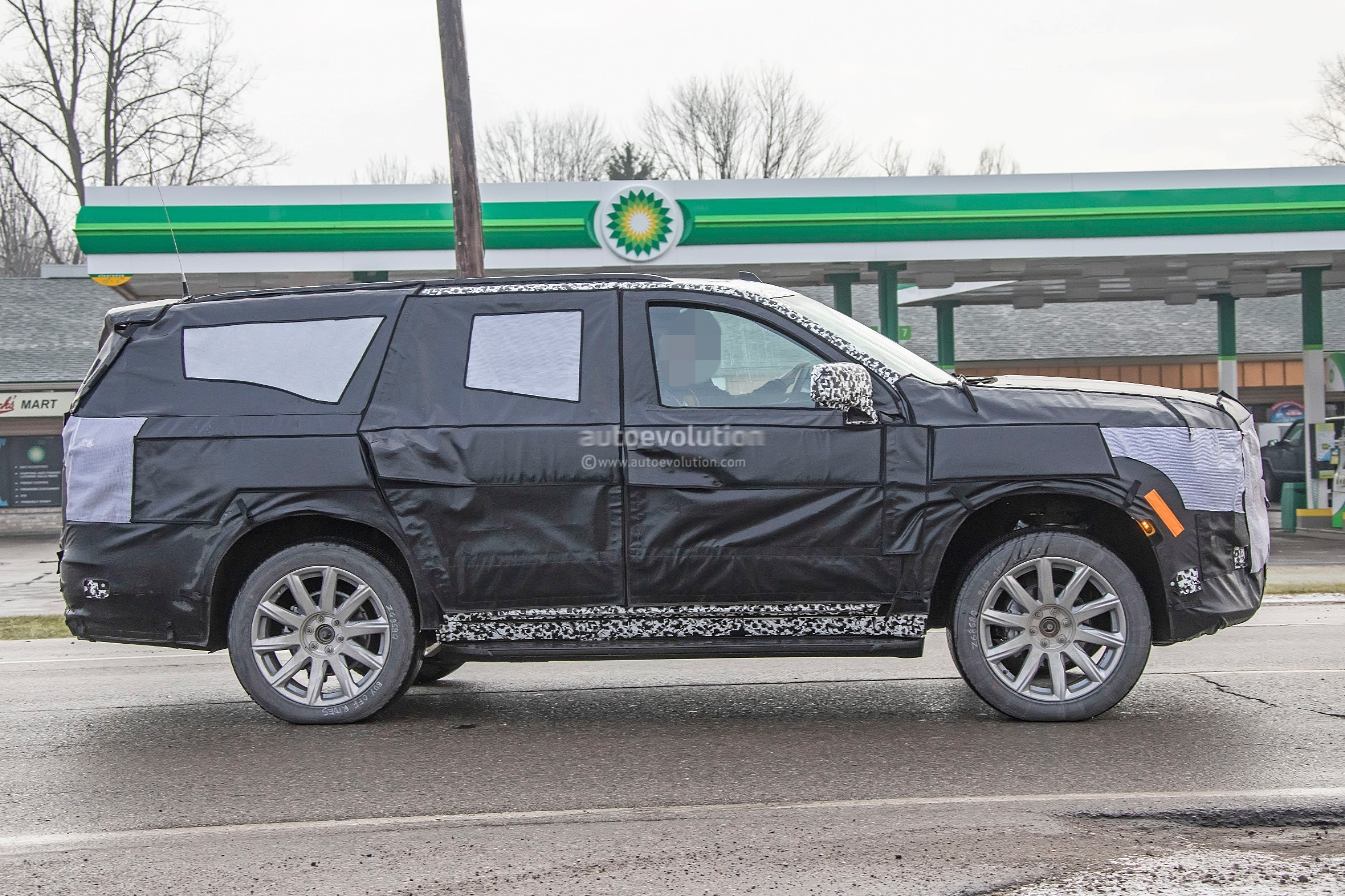 2020 - [Cadillac] Escalade V 2020-cadillac-escalade-spied-with-makeshift-dodge-ram-crosshair-grille_26
