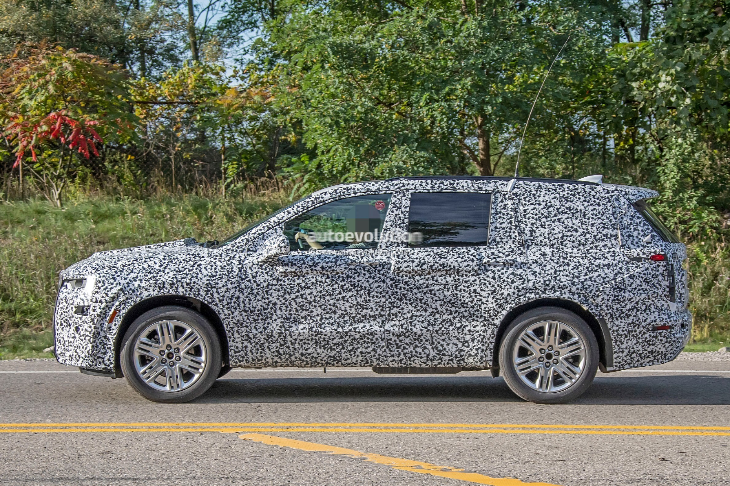 2019 - [Cadillac] XT6 2020-cadillac-xt6-spied-with-seating-for-seven-people_10