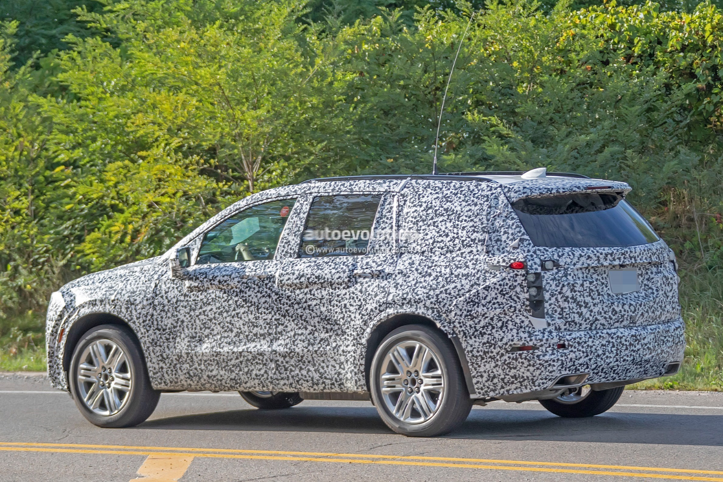 2019 - [Cadillac] XT6 2020-cadillac-xt6-spied-with-seating-for-seven-people_13