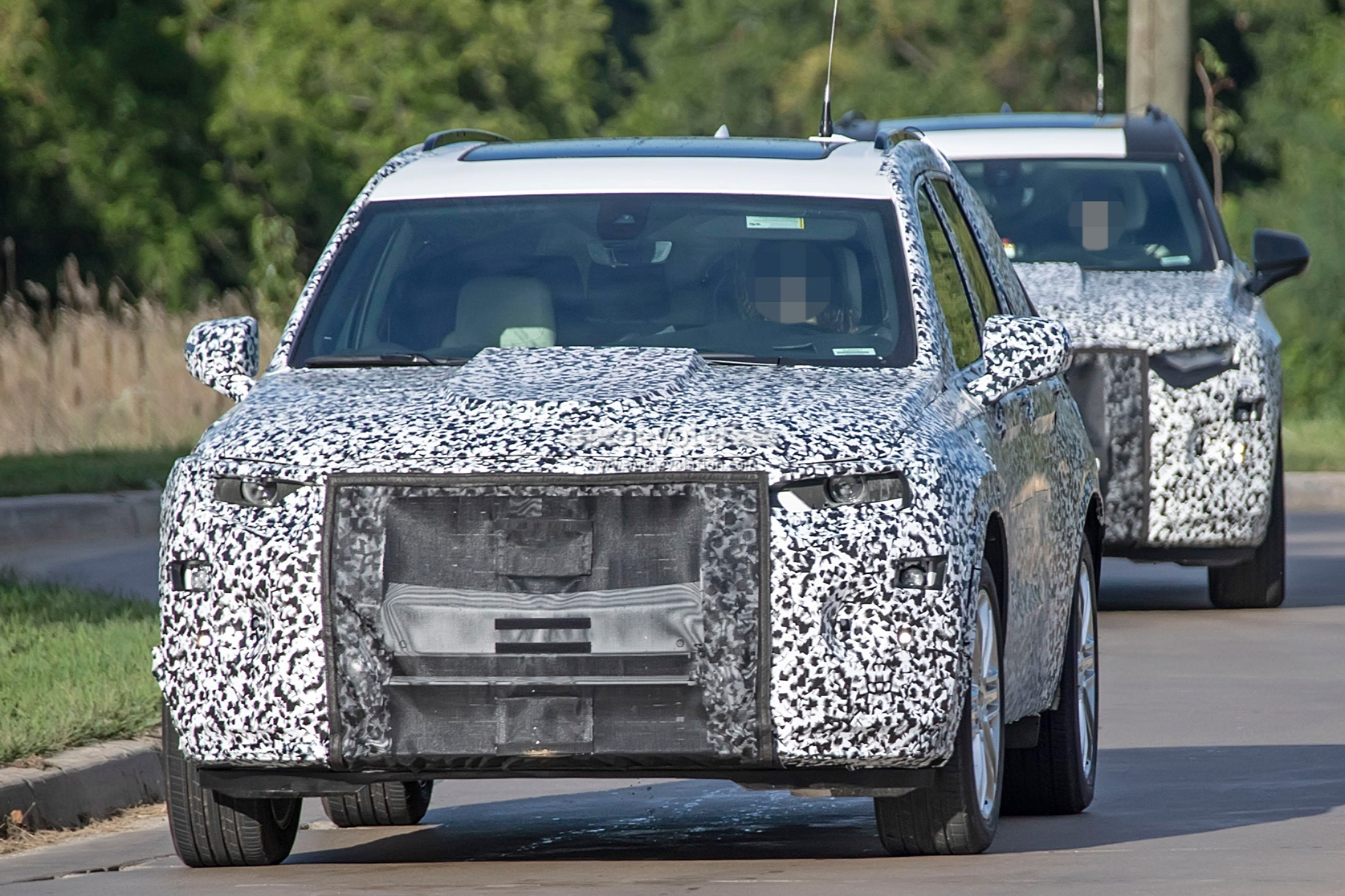 2019 - [Cadillac] XT6 2020-cadillac-xt6-spied-with-seating-for-seven-people_4