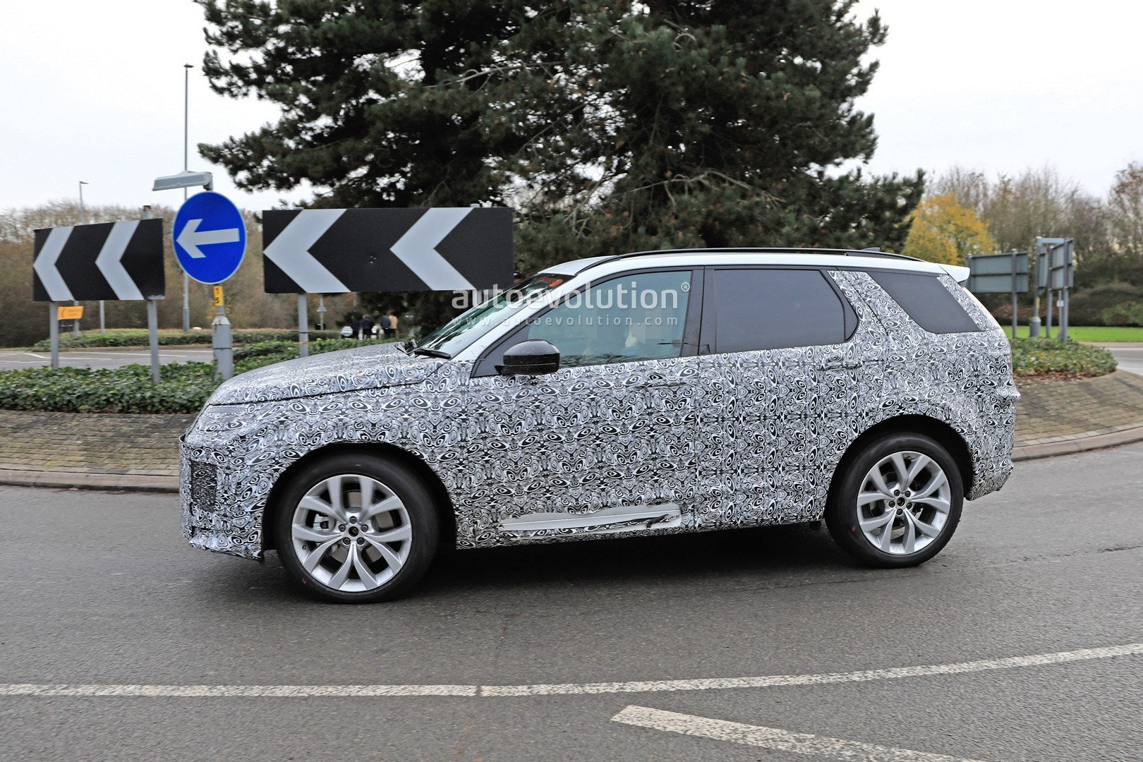 2020 land rover discovery sport spied in uk with full redesign autoevolution. Black Bedroom Furniture Sets. Home Design Ideas