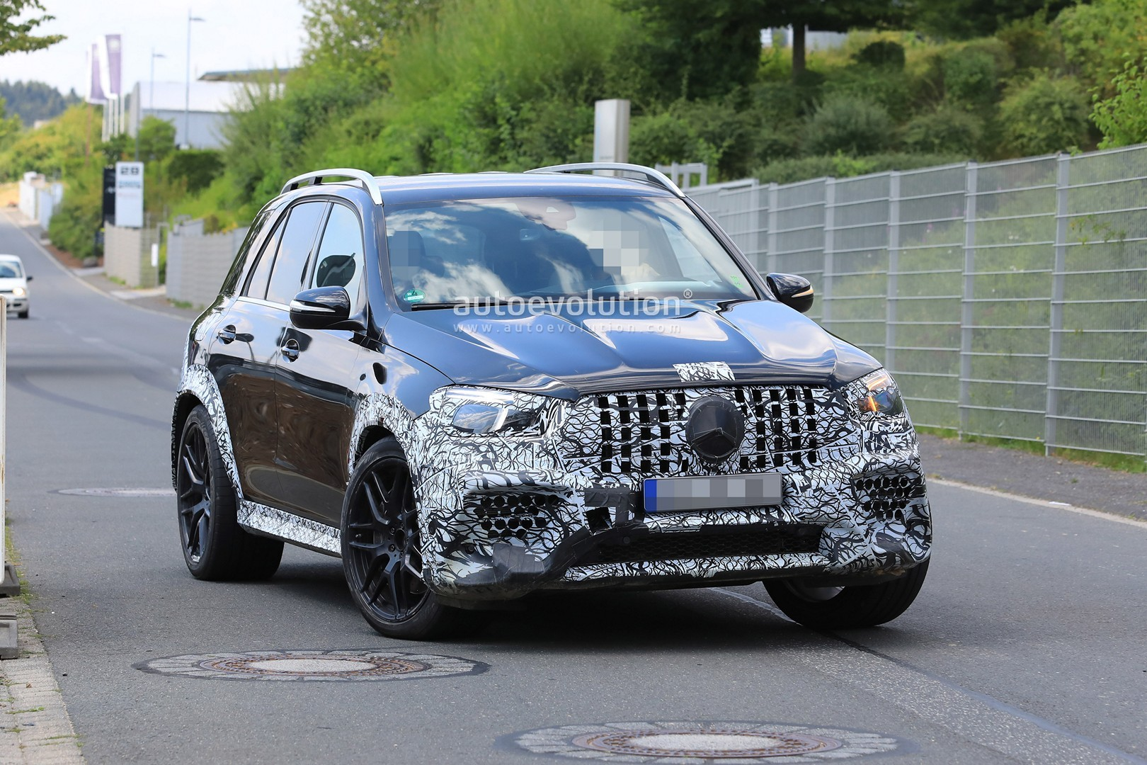 2018 - [Mercedes] GLE II ( ML IV ) - Page 5 2020-mercedes-amg-gle-63-looks-chunky-with-less-camouflage_12