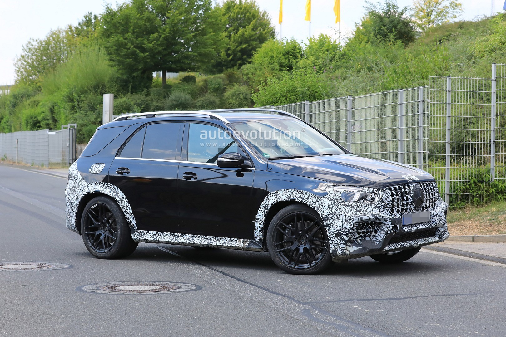 2018 - [Mercedes] GLE II ( ML IV ) - Page 5 2020-mercedes-amg-gle-63-looks-chunky-with-less-camouflage_13