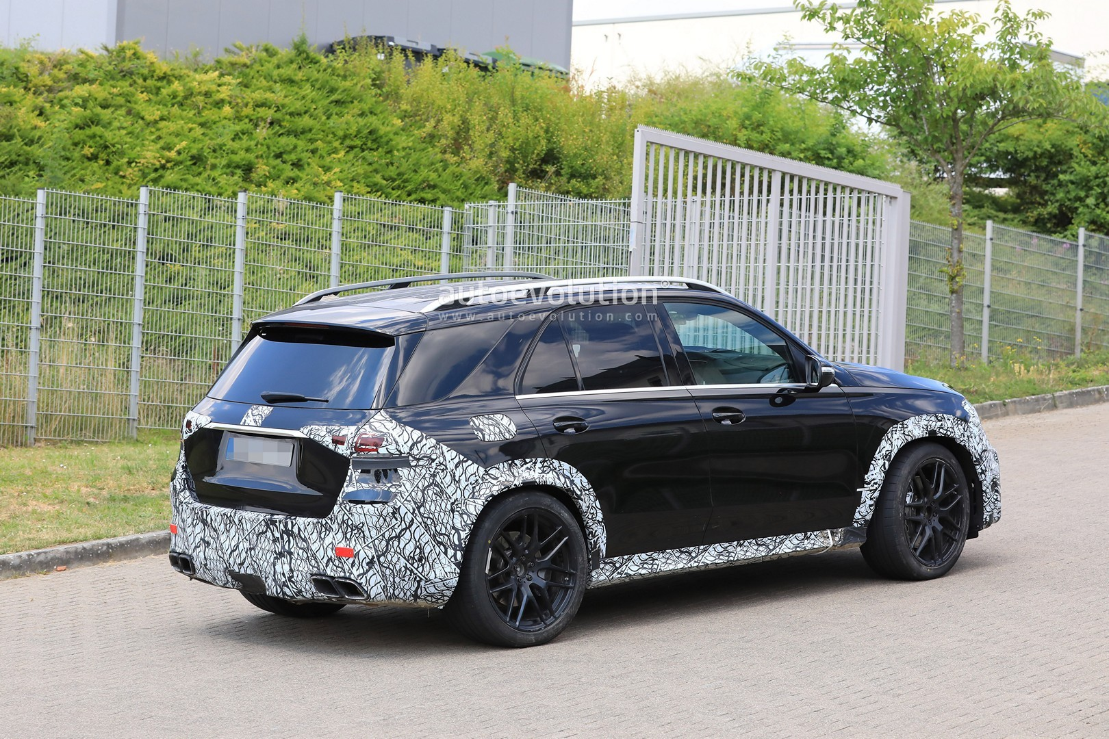 2018 - [Mercedes] GLE II ( ML IV ) - Page 5 2020-mercedes-amg-gle-63-looks-chunky-with-less-camouflage_16
