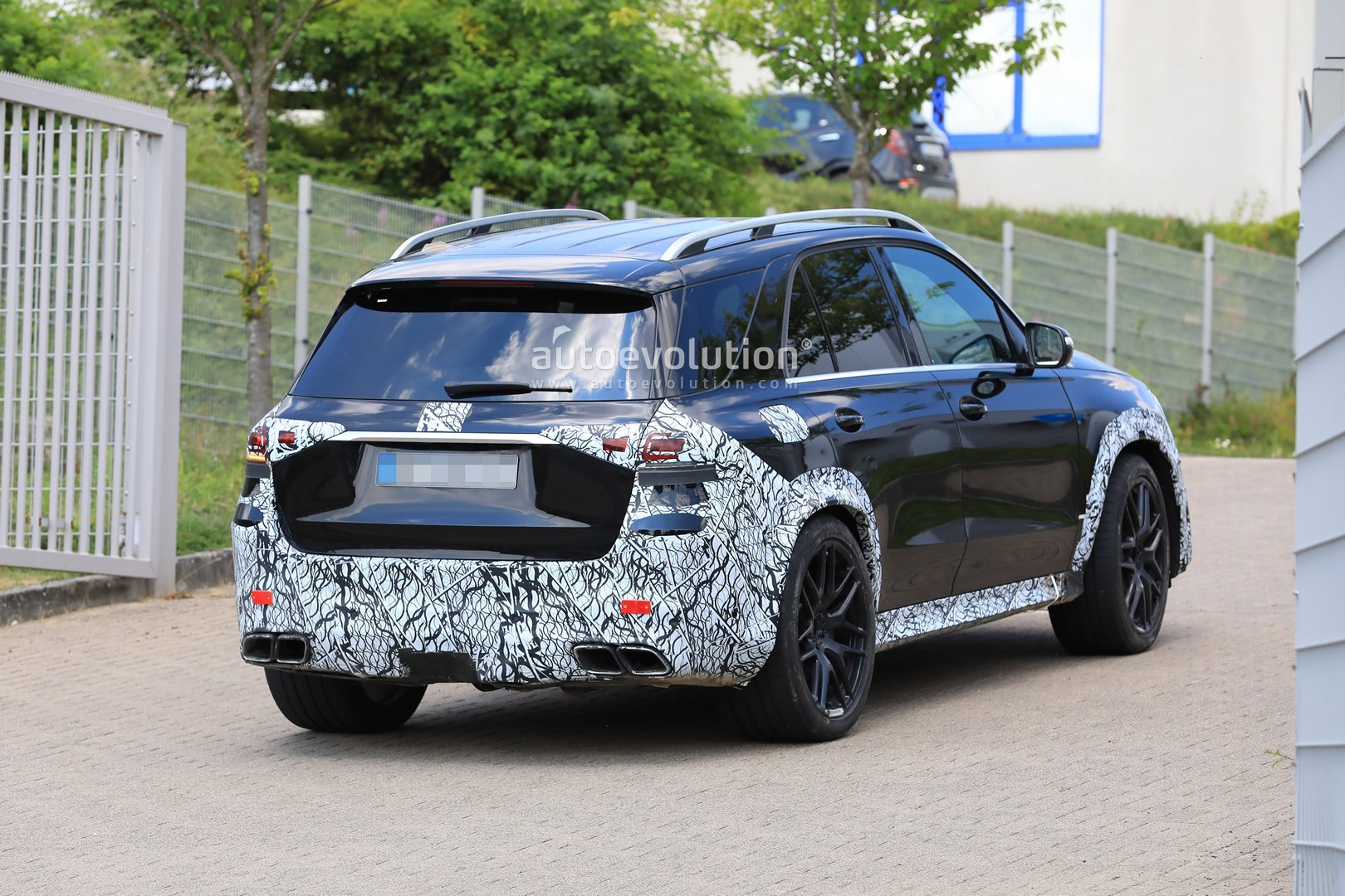 2018 - [Mercedes] GLE II ( ML IV ) - Page 5 2020-mercedes-amg-gle-63-looks-chunky-with-less-camouflage_17