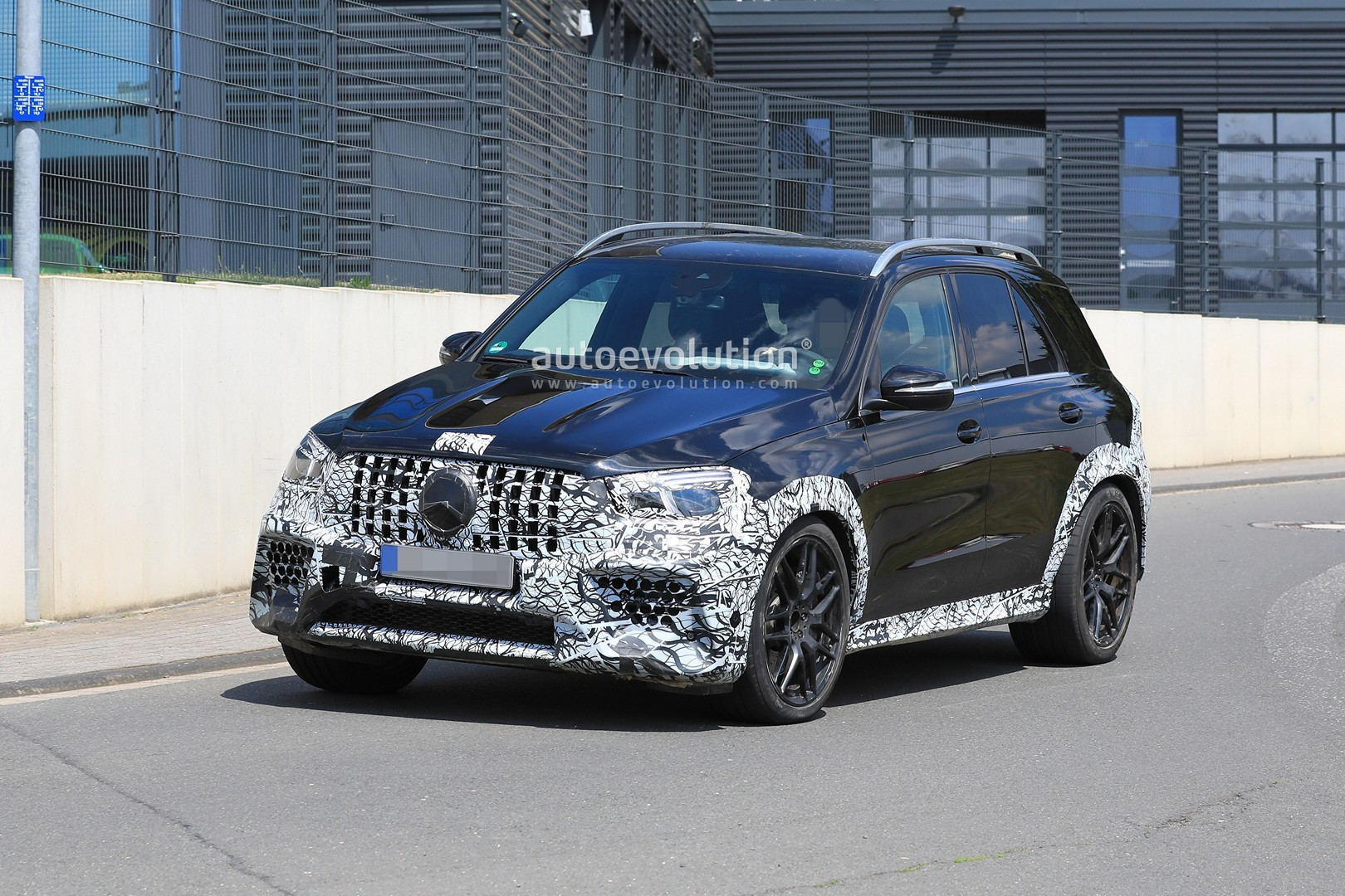 2018 - [Mercedes] GLE II ( ML IV ) - Page 5 2020-mercedes-amg-gle-63-looks-chunky-with-less-camouflage_4