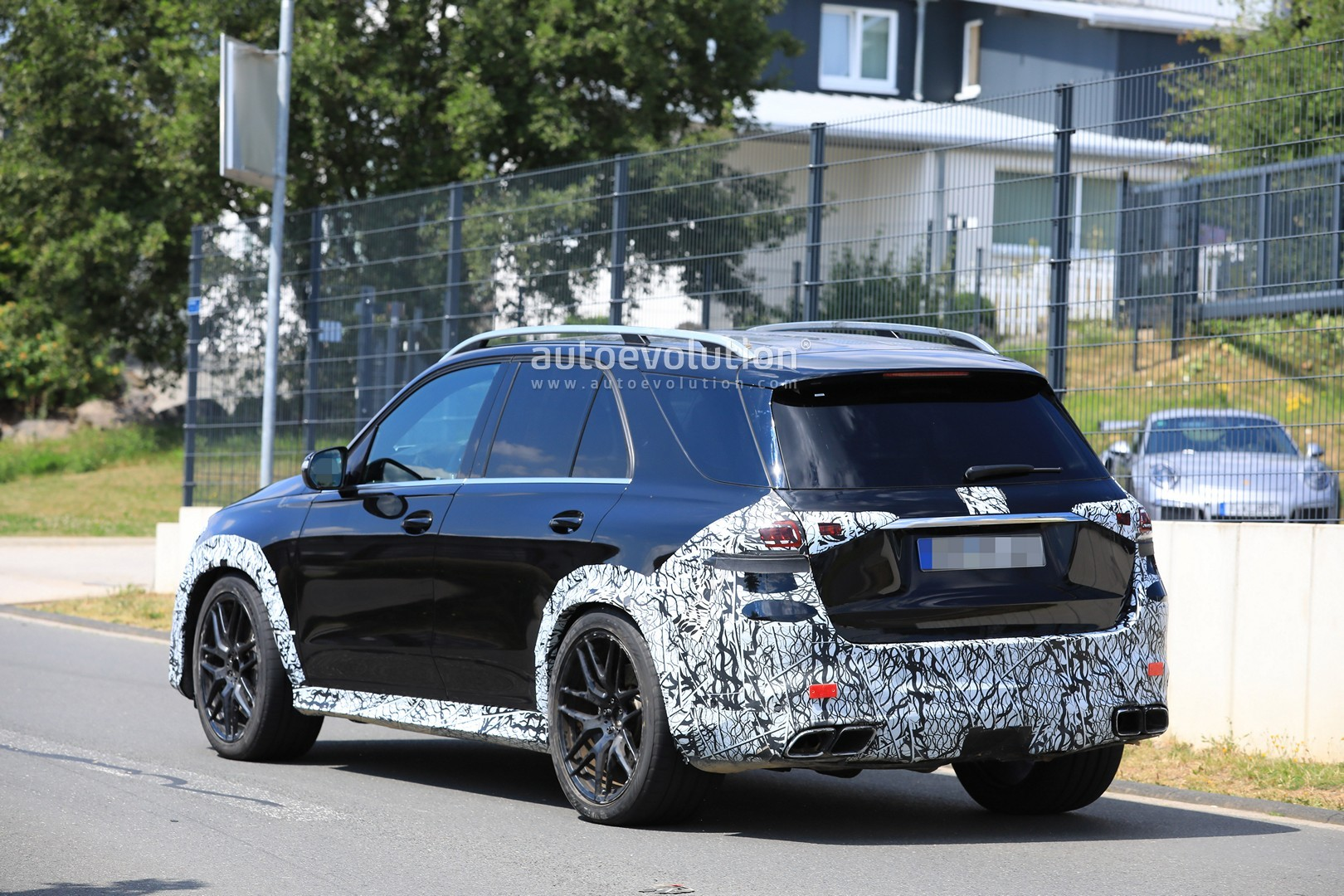 2018 - [Mercedes] GLE II ( ML IV ) - Page 5 2020-mercedes-amg-gle-63-looks-chunky-with-less-camouflage_8