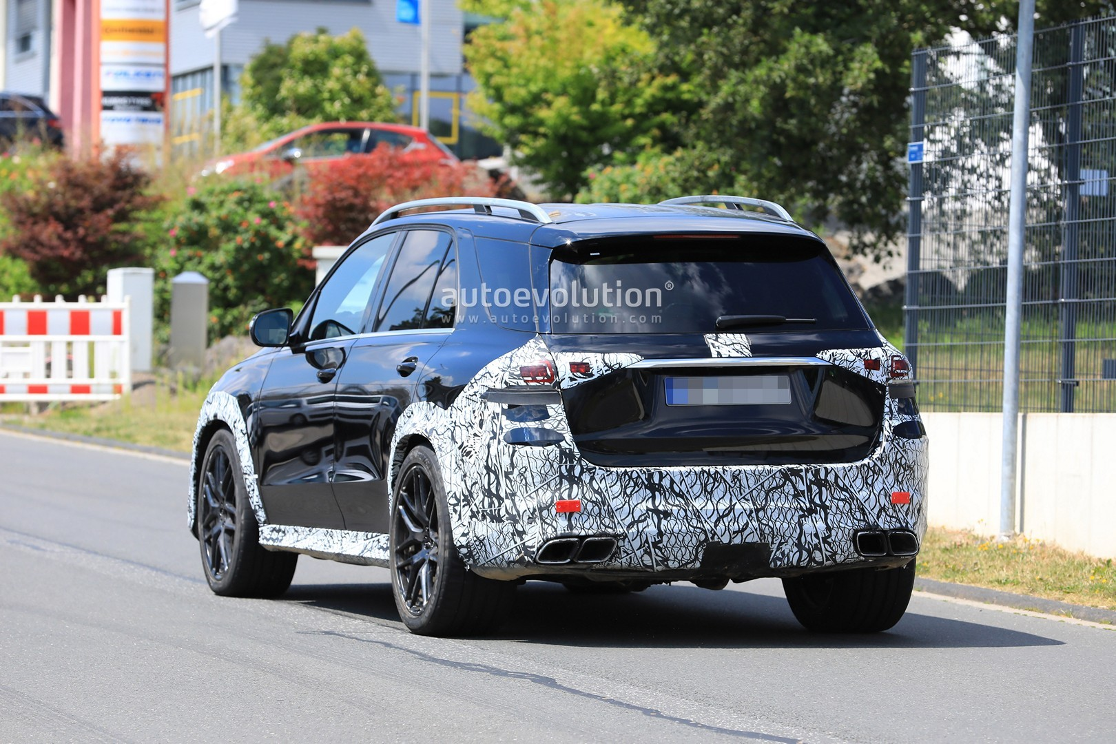 2018 - [Mercedes] GLE II ( ML IV ) - Page 5 2020-mercedes-amg-gle-63-looks-chunky-with-less-camouflage_9