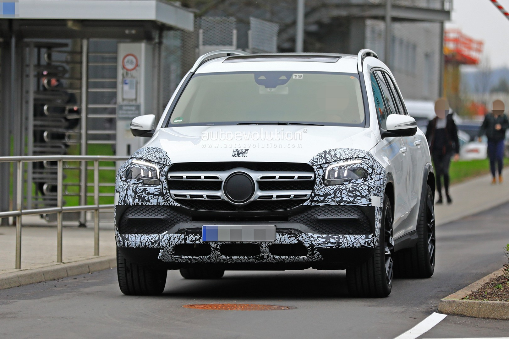 2018 - [Mercedes] GLS II - Page 4 2020-mercedes-benz-gls-class-spied-in-detail-ahead-of-new-york-auto-show-debut_1