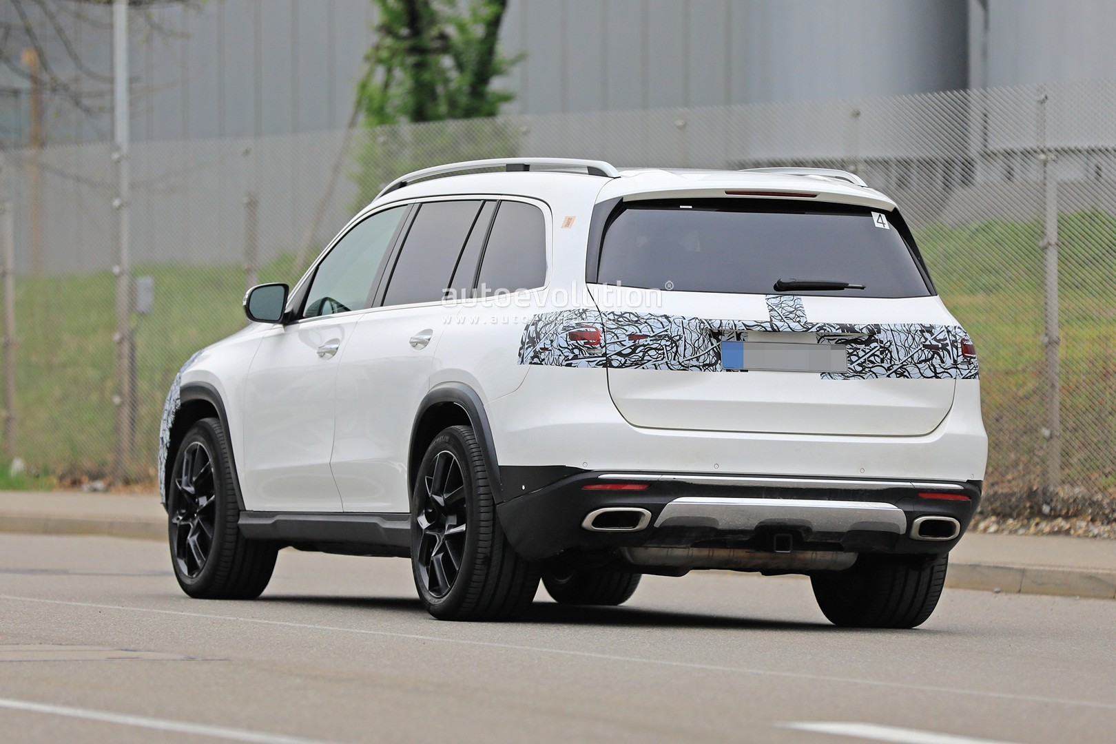 2018 - [Mercedes] GLS II - Page 4 2020-mercedes-benz-gls-class-spied-in-detail-ahead-of-new-york-auto-show-debut_11