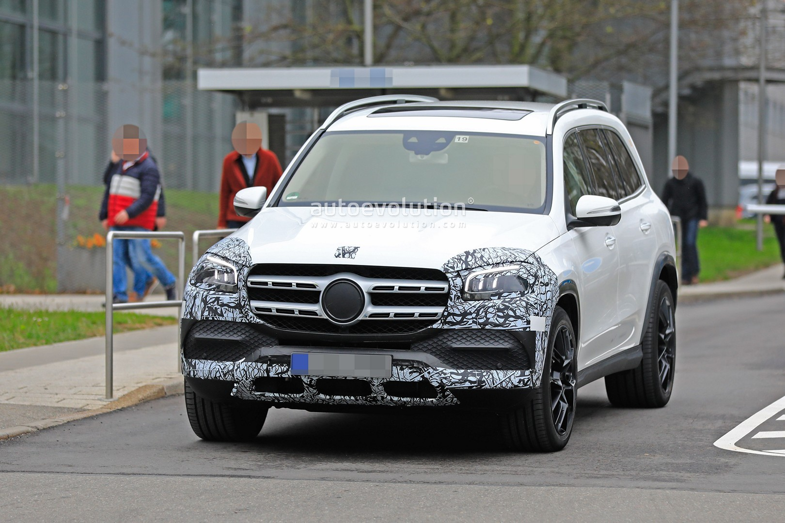 2018 - [Mercedes] GLS II - Page 4 2020-mercedes-benz-gls-class-spied-in-detail-ahead-of-new-york-auto-show-debut_2
