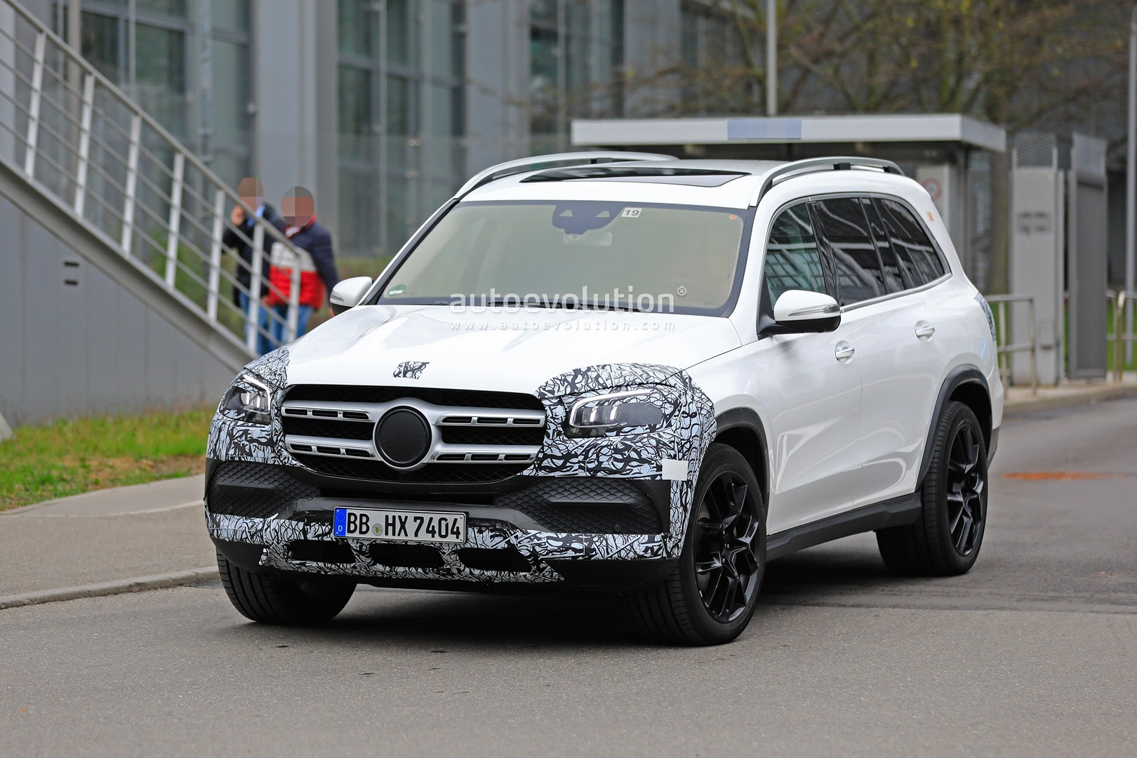 2018 - [Mercedes] GLS II - Page 4 2020-mercedes-benz-gls-class-spied-in-detail-ahead-of-new-york-auto-show-debut_3