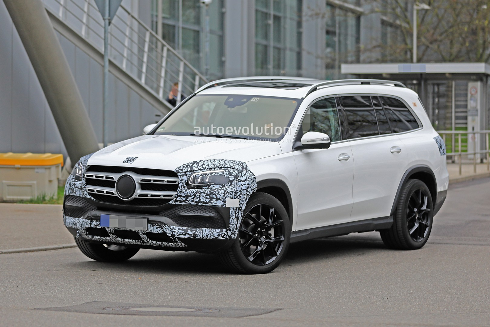 2018 - [Mercedes] GLS II - Page 4 2020-mercedes-benz-gls-class-spied-in-detail-ahead-of-new-york-auto-show-debut_4