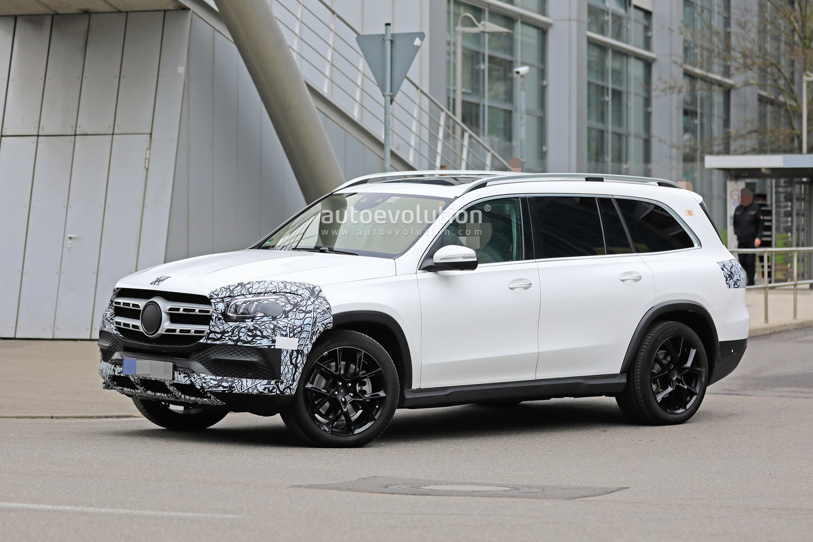 2018 - [Mercedes] GLS II - Page 4 2020-mercedes-benz-gls-class-spied-in-detail-ahead-of-new-york-auto-show-debut_5