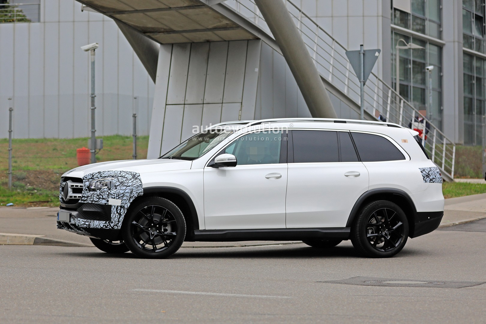 2018 - [Mercedes] GLS II - Page 4 2020-mercedes-benz-gls-class-spied-in-detail-ahead-of-new-york-auto-show-debut_6