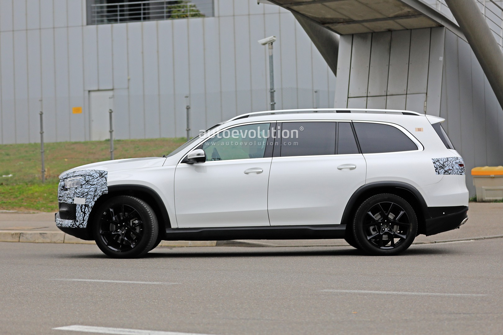 2018 - [Mercedes] GLS II - Page 4 2020-mercedes-benz-gls-class-spied-in-detail-ahead-of-new-york-auto-show-debut_7