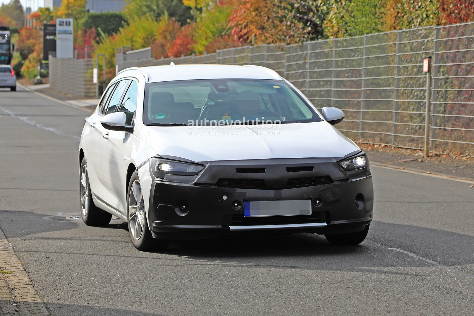 2020 - [Opel] Insignia Grand Sport Restylée  2020-opel-insignia-facelift-makes-spyshots-debut-as-camouflaged-wagon_2