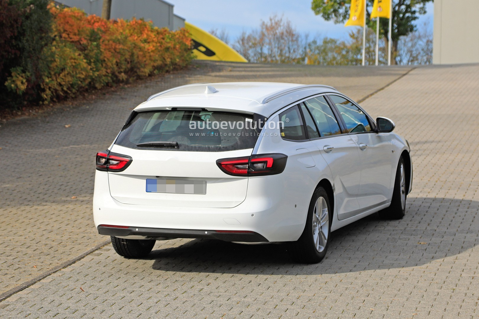 2020 - [Opel] Insignia Grand Sport Restylée  2020-opel-insignia-facelift-makes-spyshots-debut-as-camouflaged-wagon_8