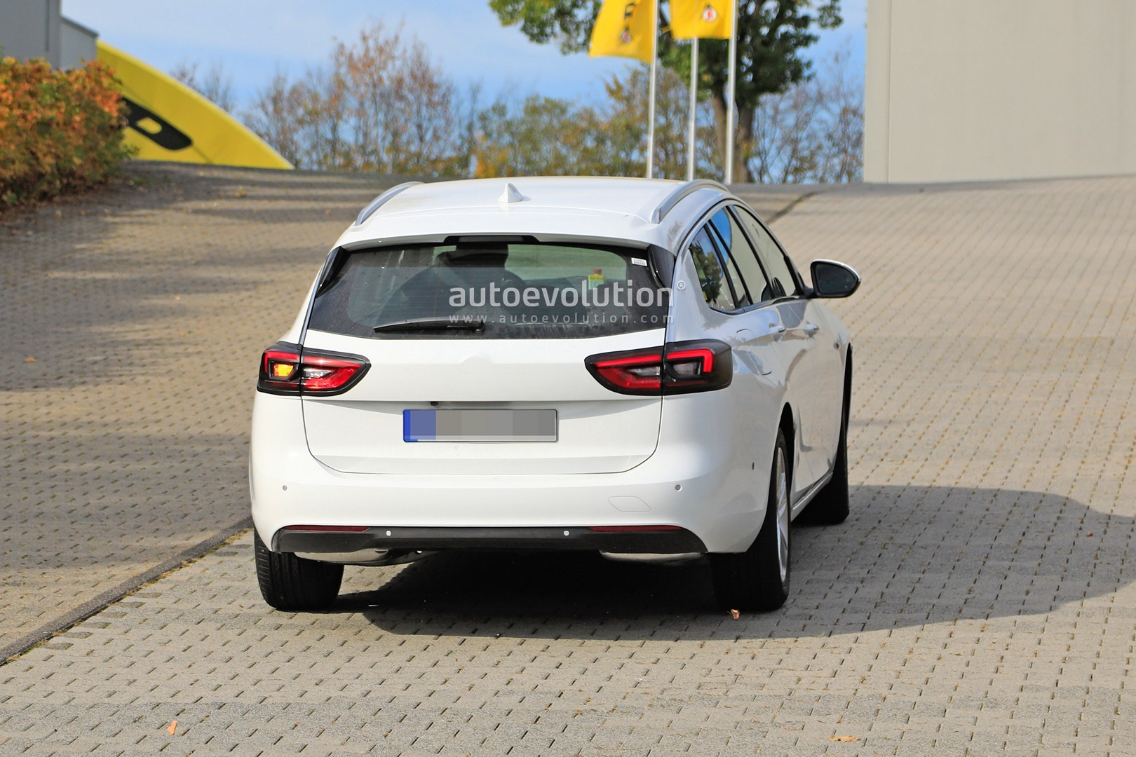 2020 - [Opel] Insignia Grand Sport Restylée  2020-opel-insignia-facelift-makes-spyshots-debut-as-camouflaged-wagon_9