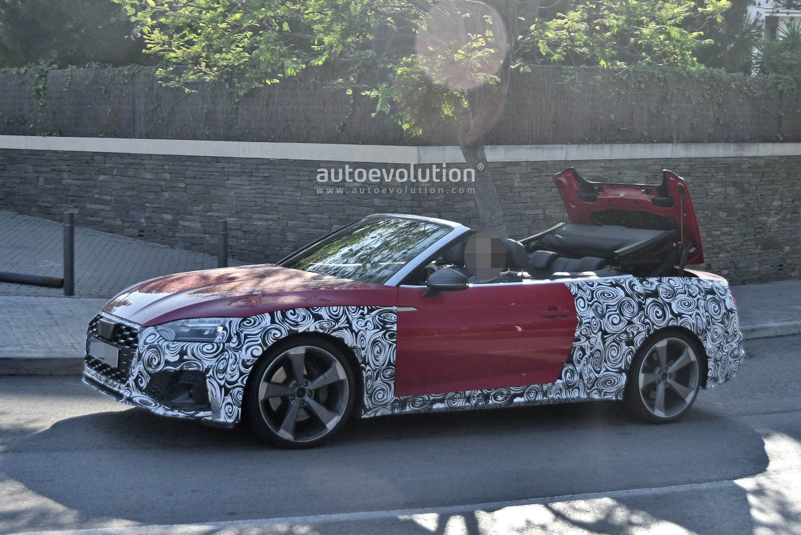 2020 - [Audi] A5 Coupé/Cab/SB restylée 2021-audi-s5-facelift-spied-with-cabrio-top-in-action-shows-minimal-changes_4